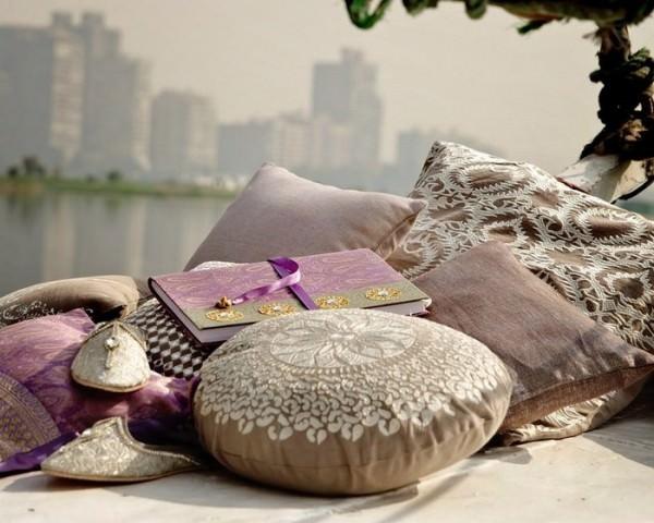 Многоцветье декоративных подушек – выбираем модный цвет!