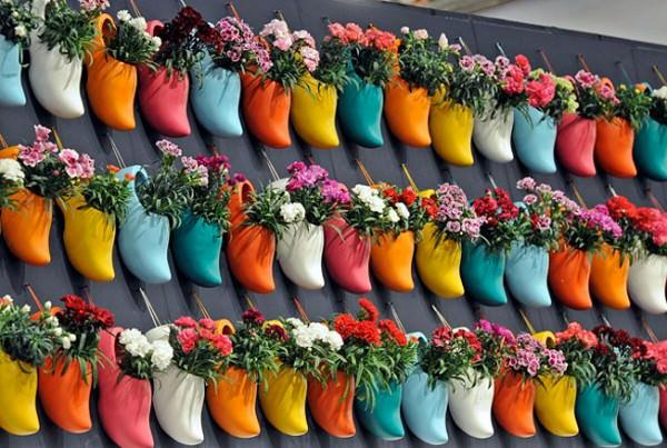 Возник вопрос - куда посадить цветы? А посадите их в туфли!