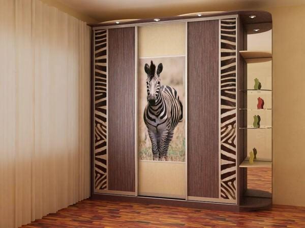 Изображение зебры в интерьере
